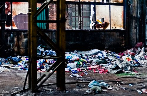 śmieci w opuszczonym budynku fabryki ursus