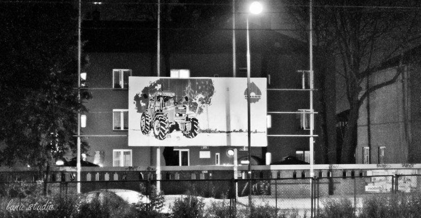 billboard z logiem i ciągnikiem Ursus