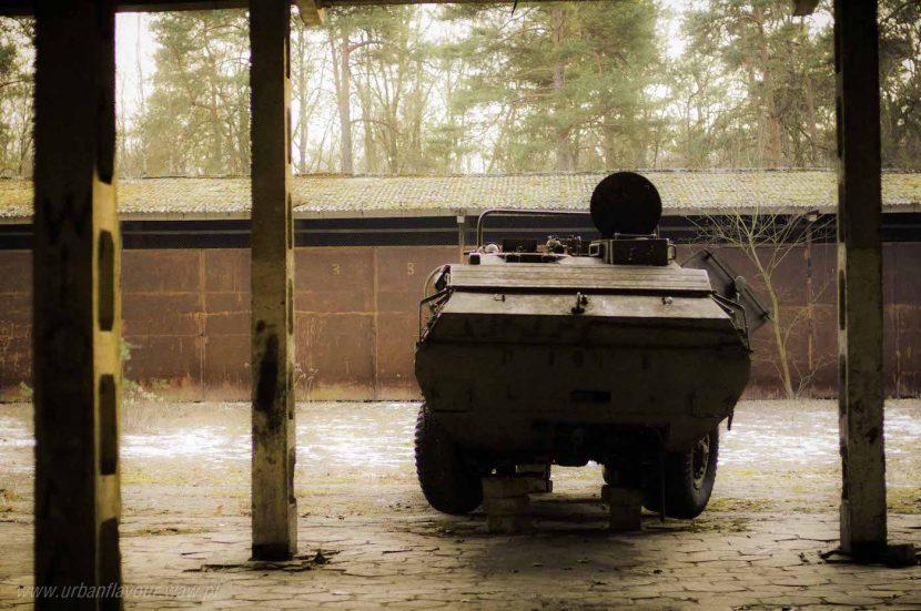 porzucony wóz pancerny w opuszczonej jednostce wojskowej