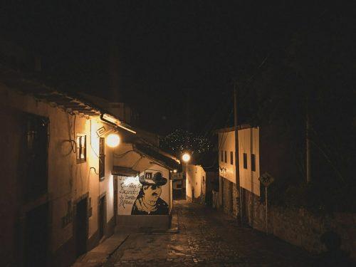 Ulica Cusco w nocy i graffiti