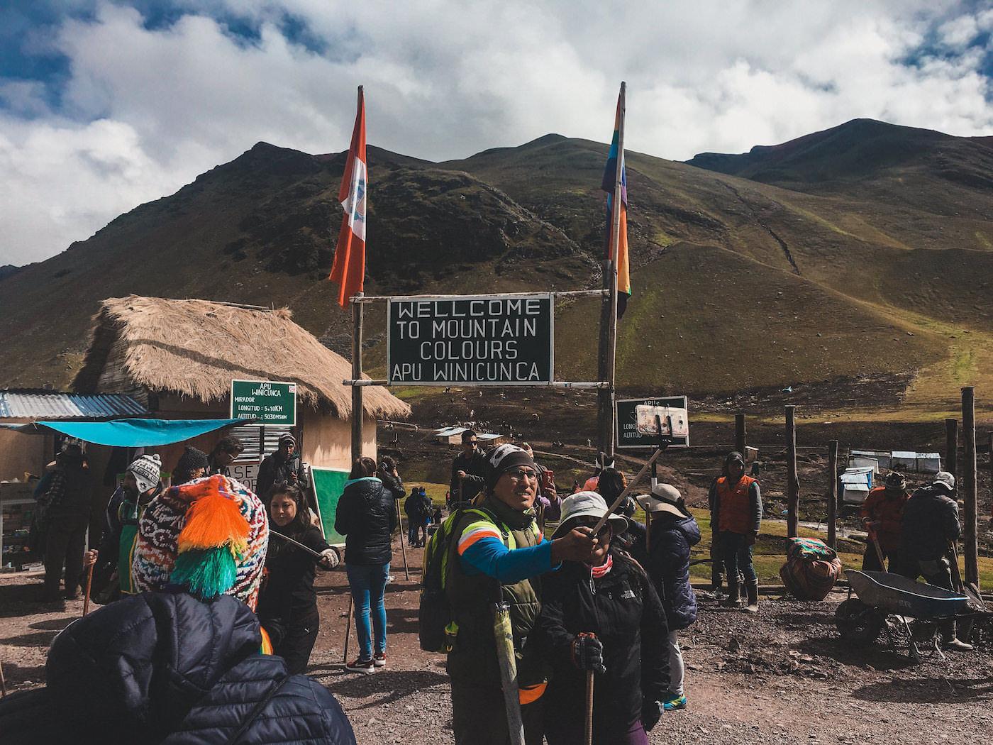 Wejście na szlak do tęczowej góry