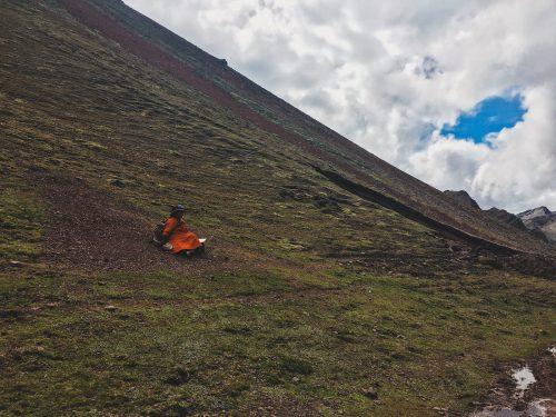 Kobieta w czerwonej sukience w górach