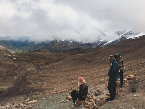 Ludzie na drodze do tęczowej góry