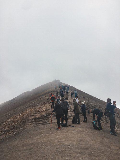 Ludzie na szlaku tęczowej góry