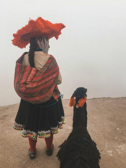 Kobieta w tradycyjnym stroju w Peru