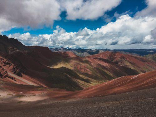 Czerwona dolina i niebieskie niebo
