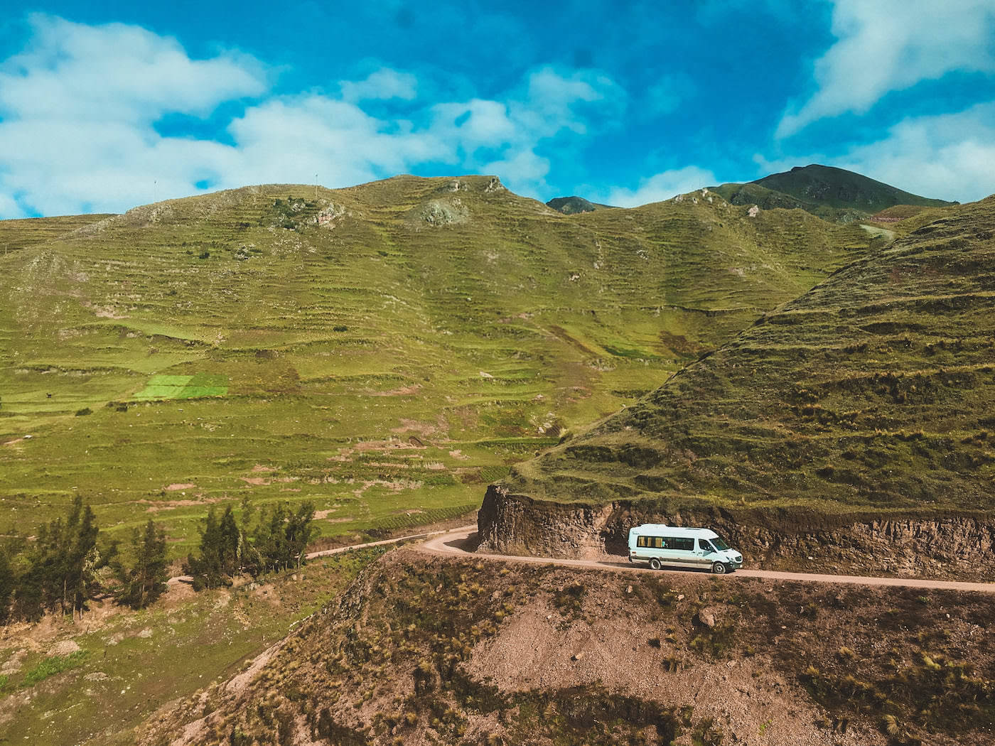 Samochód na krętej drodze w górach