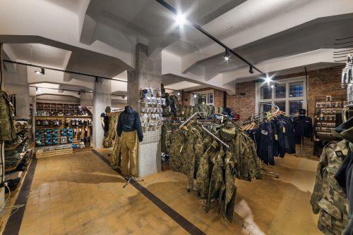 Zdjęcia wnętrza sklepu z mundurami