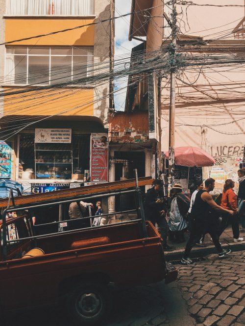 Pickup zjeżdżający ulicą