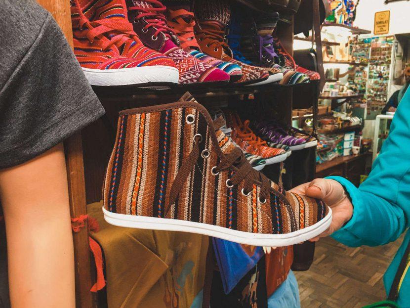 Kolorowy but na sklepie z pamiątkami