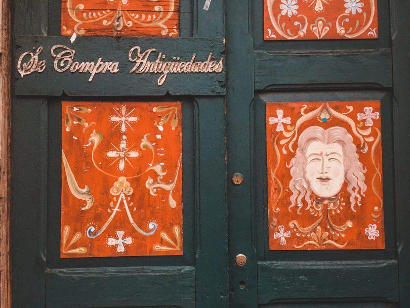 Czerwone malunki na drzwiach