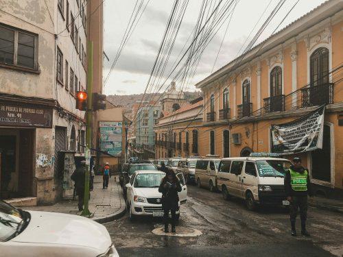 Policjant i samochody na ulicy La Paz