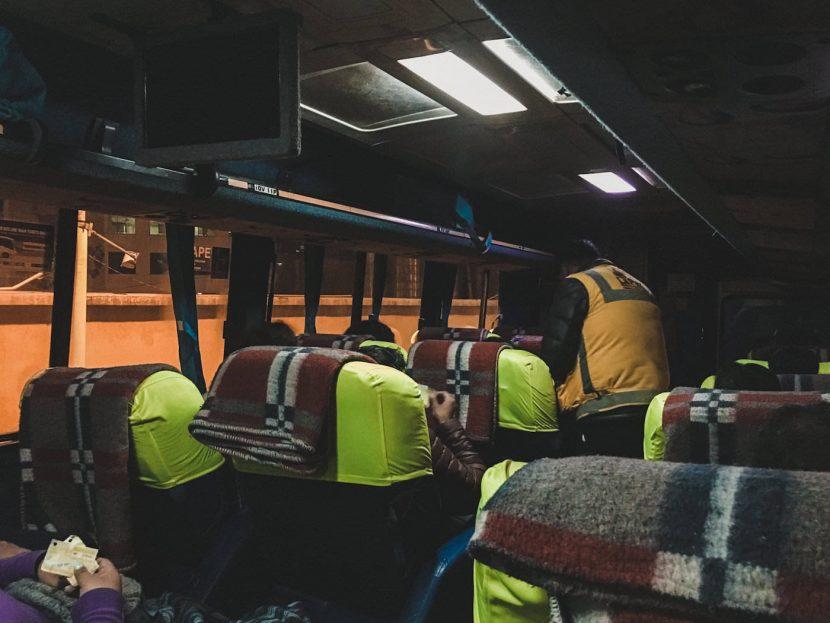 Wnętrze autobusu i kontrola biletów