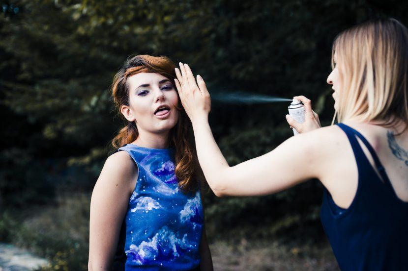Wizarzystka psika spray na włosy modelki