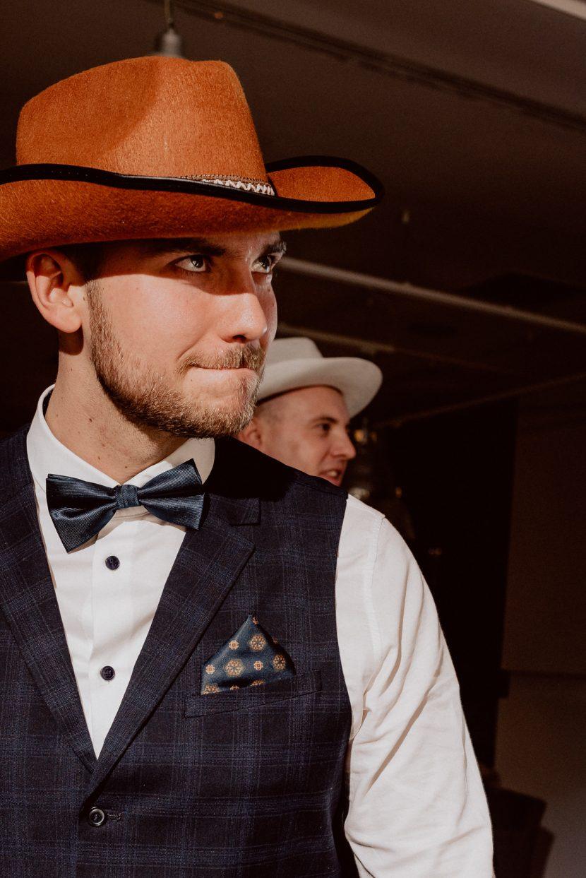 Mężczyzna w brązowym kapeluszu