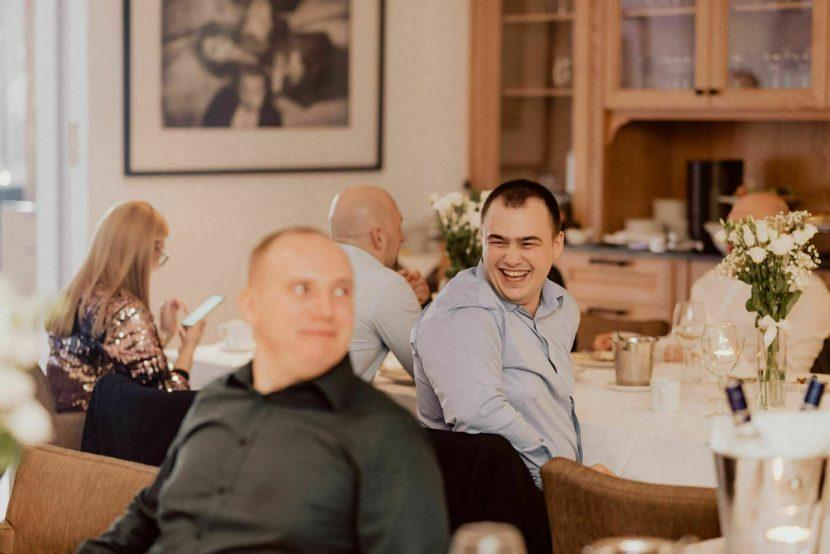 Ludzie przy stołach w hotelu