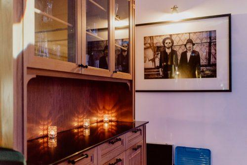 Świeczki na kredensie i obraz na ścianie