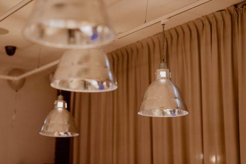 Srebrne lampy na ścianie