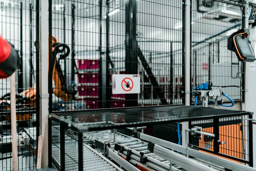 zakaz wstępu na teren pracy robota