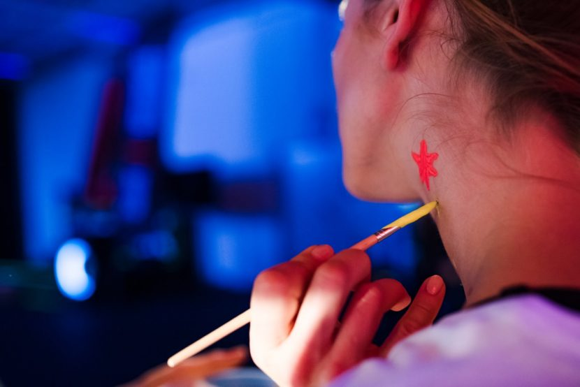 malowanie szyi w promieniach uv