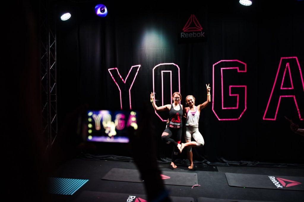 zdjęcie w ciemności na tle napisu yoga i logo reebok