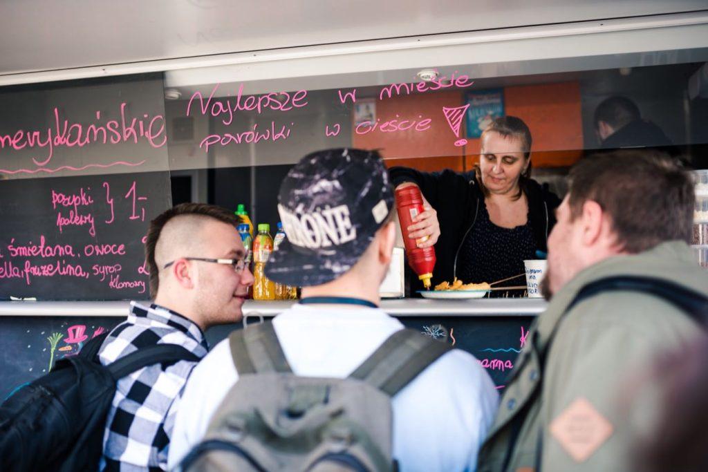 chłopaki czekają na frytki w food trucku