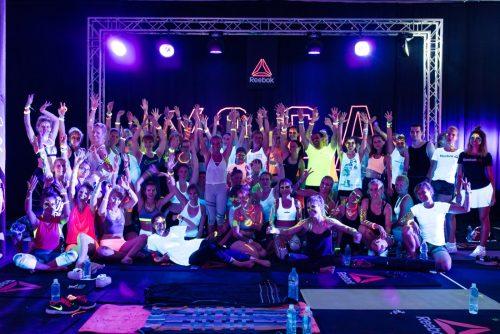 Wspólne zdjęcie na tle Yoga UV w ciemności