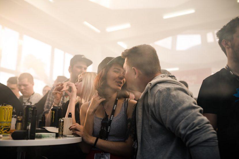 chłopak całuje się z dziewczyną