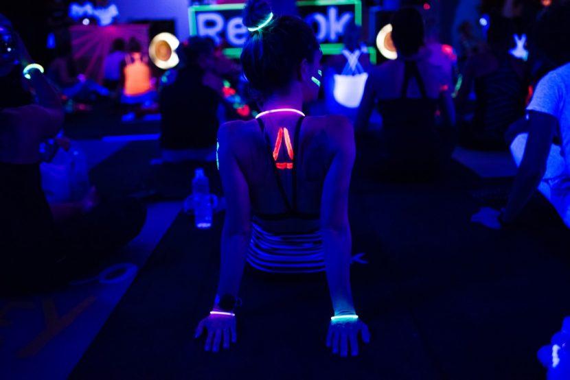 logo reebok namalowane farbą uv na plecach dziewczyny