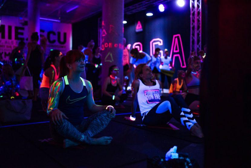 Dziewczyna w koszulce z logo nike na yoga uv