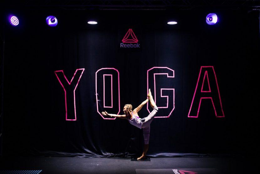 Zdjęcie instruktorki na tle napisu Yoga