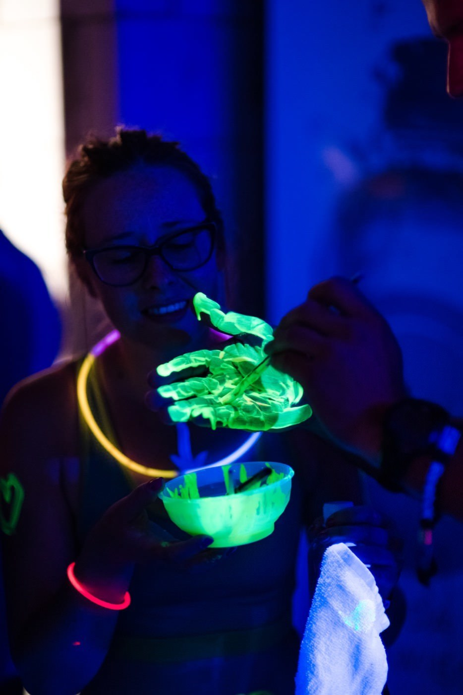 ręka w zielonej farbie UV