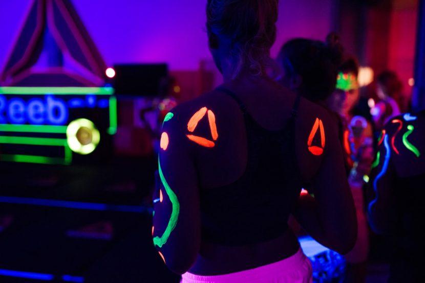 ciało pomalowane farbami uv w ciemności