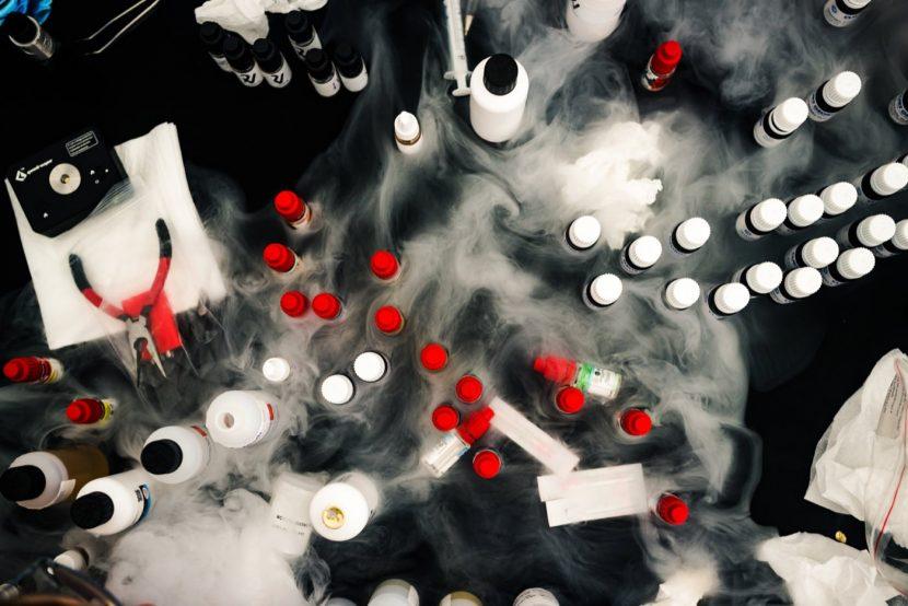 Stół pełen białego dymu i liquidów