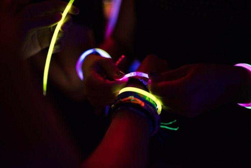 branzoletki świecące w ciemności na ręce