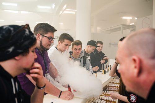 chmury dymu na stoiskach vape expo