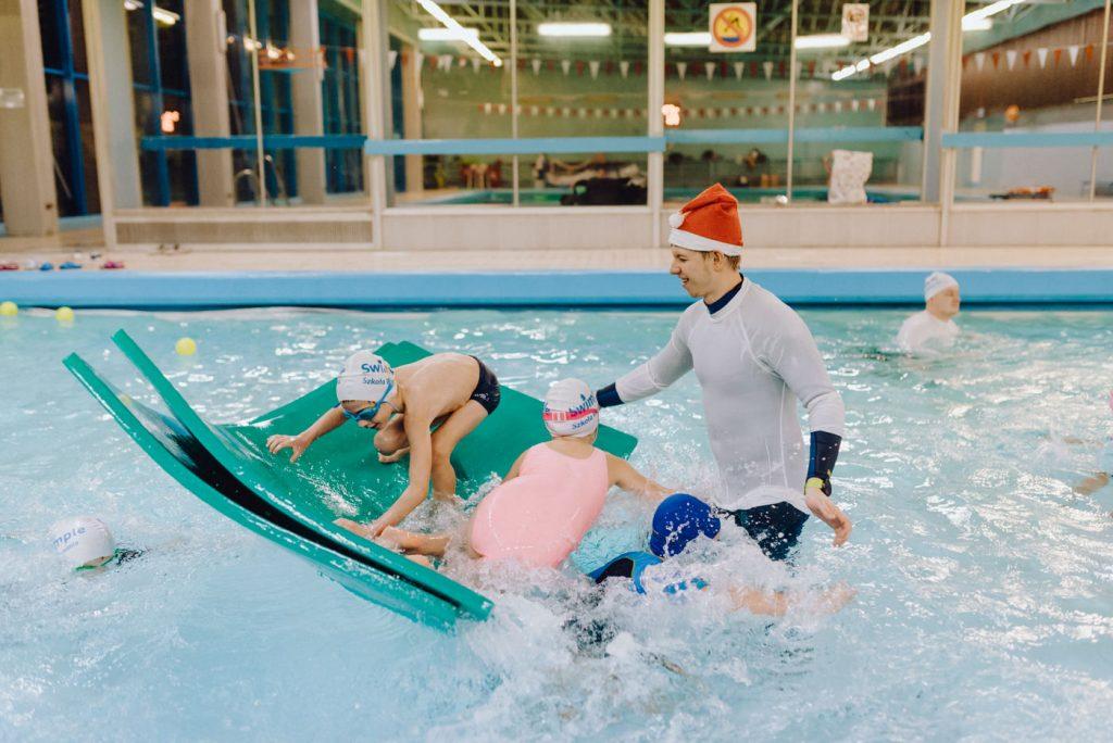 Dzieci na pływającej piance