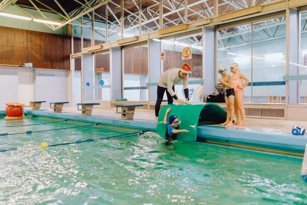 Skoki do wody na basenie pod okiem instruktora