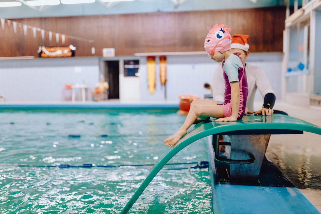 Dziewczynka zjeżdża do basenu