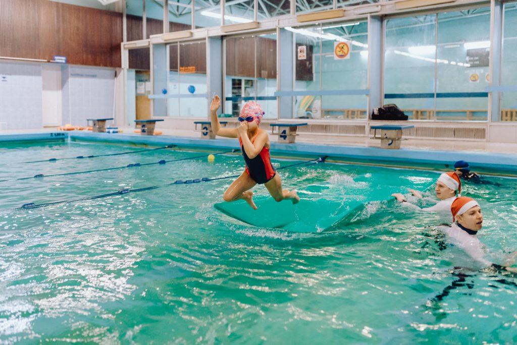 Dzieci skaczą do wody z rozpędu