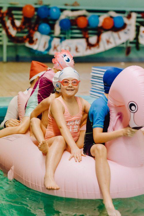 Dzieci na dmuchanym flamingu