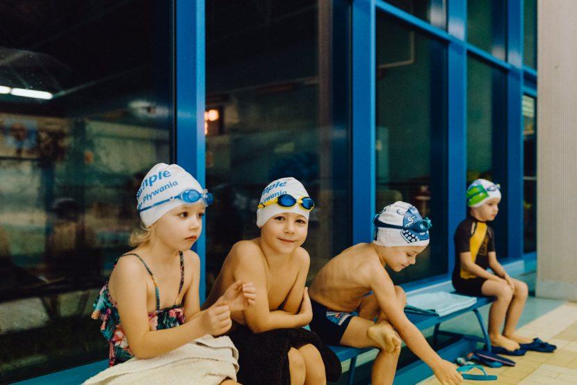 Dzieci na ławce na basenie