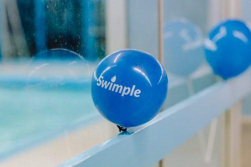 Niebieski balon z napisem swimple