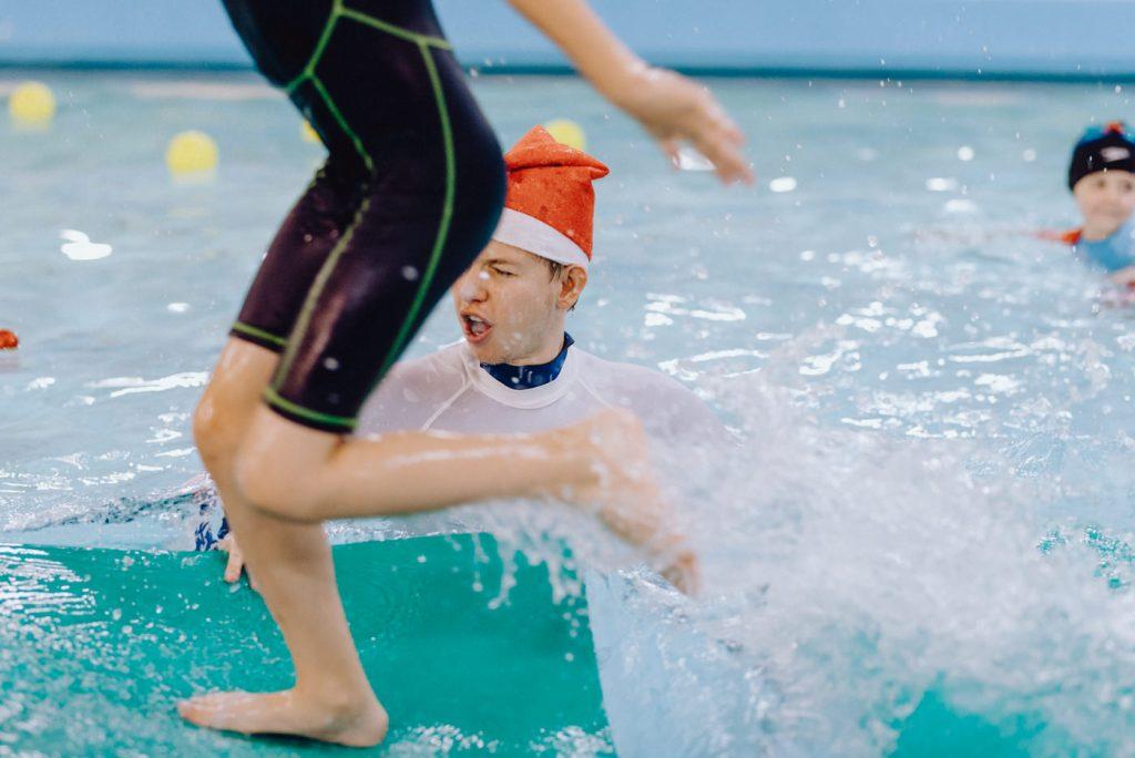 Instruktor pływania zostaje ochlapany