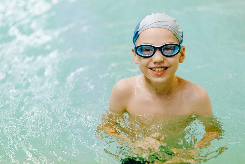 Chłopiec w wodzie na baseni