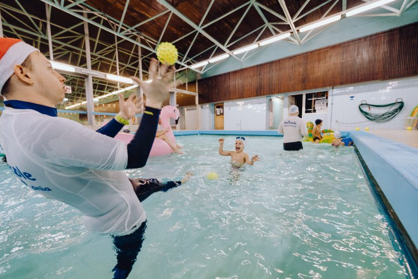Rzucanie piłeczkami na basenie