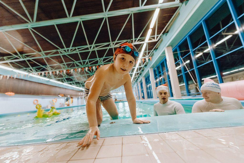Dziecko wychodzi z basenu