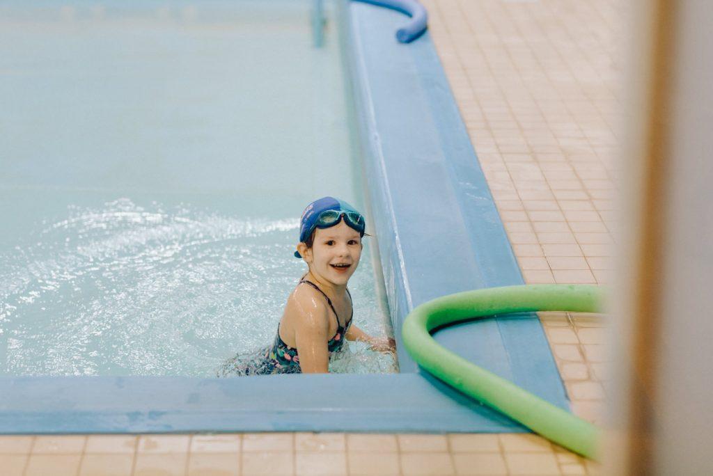 Dziewczynka na brzegu basenu