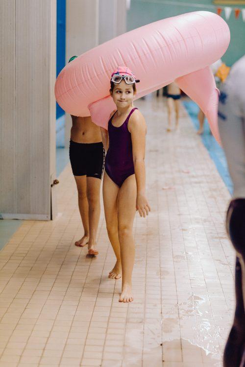 Dziewczynka niesie dmuchanego flaminga