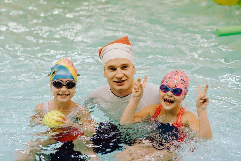 Dziewczynki z instruktorem pływania